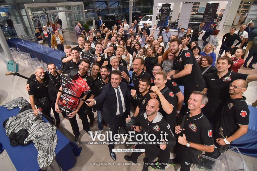 """durante Sir Safety Conad Perugia Presentazione al pubblico presso Autocentri Giustozzi Perugia IT, 2 ottobre 2017. Foto: Michele Benda →<a href=""""http://www.volleyfoto.it/VolleyNazionale/A1-M/SuperLega-2017-18/Sorrisi-da-Block-Devils/i-PPmTKSW/buy"""">ACQUISTA LA FOTO</a>←"""